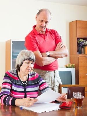 małżeństwo analizuje rachunki