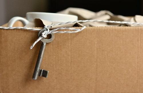 Karton z kubkami do przeprowadzki