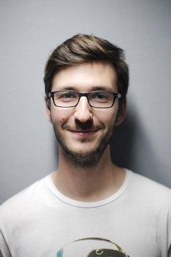 Uśmiechnięty mężczyzna w okularach