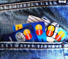 Zestaw kart kredytowych w kieszeni spodni