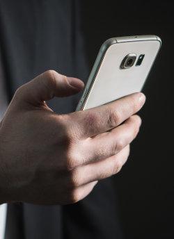 Mężczyzna wybiera numer na smartphonie